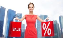 Gelukkige vrouw met het winkelen zakken over de stad van Singapore Royalty-vrije Stock Foto's