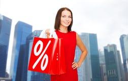 Gelukkige vrouw met het winkelen zakken over de stad van Singapore Royalty-vrije Stock Foto
