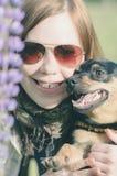 Gelukkige vrouw met hond royalty-vrije stock foto