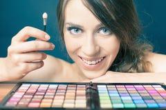 Gelukkige vrouw met kleurrijk palet voor maniermake-up Stock Afbeelding