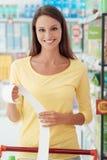 Gelukkige vrouw met kruidenierswinkelontvangstbewijs royalty-vrije stock foto