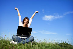 Gelukkige vrouw met laptop stock foto