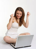 Gelukkige vrouw met laptop royalty-vrije stock foto's