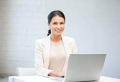 Gelukkige vrouw met laptop computer Royalty-vrije Stock Foto's