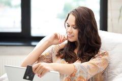 Gelukkige vrouw met laptop computer en creditcard Royalty-vrije Stock Afbeelding