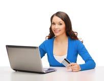 Gelukkige vrouw met laptop computer en creditcard Royalty-vrije Stock Foto