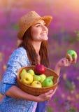 Gelukkige vrouw met mand van appelen royalty-vrije stock afbeeldingen