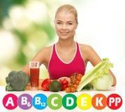 Gelukkige vrouw met natuurvoeding en vitaminen stock fotografie