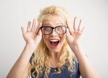 Gelukkige vrouw met nieuwe optische glazen stock foto