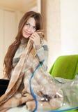Gelukkige vrouw met nieuwe plaid Royalty-vrije Stock Afbeelding