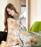 Gelukkige vrouw met nieuwe plaid Stock Foto's