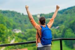 Gelukkige vrouw met omhoog handen die, van vrijheid genieten stock fotografie