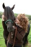 Gelukkige vrouw met paard stock afbeeldingen