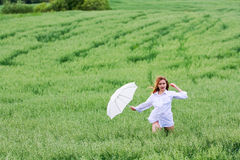 Gelukkige vrouw met paraplu. Royalty-vrije Stock Afbeelding