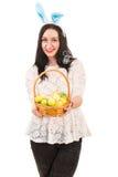 Gelukkige vrouw met Pasen-mand stock foto's
