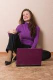 Gelukkige vrouw met purper notitieboekje. royalty-vrije stock afbeelding