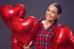 Gelukkige vrouw met rode ballons bij Valentine's-dag Royalty-vrije Stock Foto