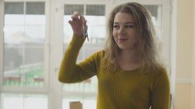Gelukkige vrouw met sleutels van een nieuw huis stock footage