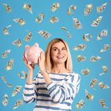 Gelukkige vrouw met spaarvarken en vliegend geld stock afbeeldingen