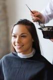 Gelukkige vrouw met stilist kleurend haar bij salon royalty-vrije stock foto