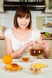 Gelukkige vrouw met thee Stock Fotografie