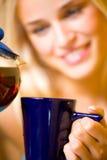 Gelukkige vrouw met thee Stock Foto