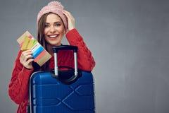 Gelukkige vrouw met toothy creditcard van de glimlachholding, paspoort en stock foto's