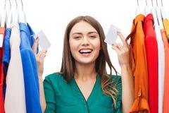 Gelukkige vrouw met verkoopmarkeringen op kleren bij garderobe Royalty-vrije Stock Foto's