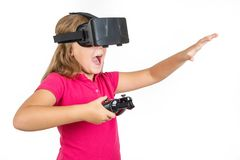 Gelukkige vrouw met virtuele van de werkelijkheidshoofdtelefoon en bedieningshendel speel vr spelen royalty-vrije stock fotografie