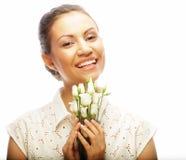 Gelukkige vrouw met witte die bloemen op wit wordt geïsoleerd Royalty-vrije Stock Afbeelding