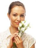 Gelukkige vrouw met witte die bloemen op wit wordt geïsoleerd Stock Foto's