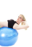 Gelukkige vrouw op blauwe bal Royalty-vrije Stock Foto's
