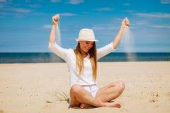 Gelukkige vrouw op de zomerstrand royalty-vrije stock foto's