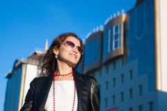 Gelukkige vrouw op een stadsstraat royalty-vrije stock fotografie