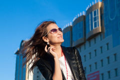 Gelukkige vrouw op een stadsstraat royalty-vrije stock foto's