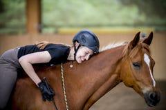 Gelukkige vrouw op haar paard Stock Afbeeldingen