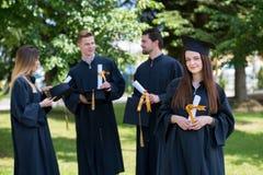 Gelukkige vrouw op haar Universiteit van de graduatiedag Onderwijs en peop stock fotografie