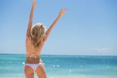 Gelukkige vrouw op het strand Royalty-vrije Stock Foto's