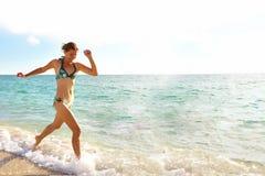 Gelukkige vrouw op het strand van Miami. royalty-vrije stock fotografie