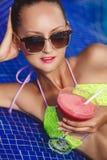 Gelukkige vrouw op het tropische strand Stock Afbeeldingen