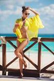 Gelukkige vrouw op het tropische strand Stock Foto