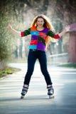 Gelukkige vrouw op rolschaatsen Stock Afbeelding