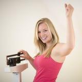Gelukkige vrouw op schaal Stock Foto