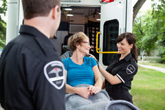 Gelukkige Vrouw op Ziekenwagen Stock Foto