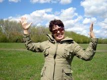 Gelukkige vrouw in openlucht stock afbeelding