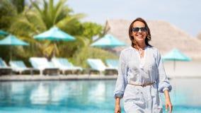 Gelukkige vrouw over zwembad van toeristische toevlucht royalty-vrije stock afbeeldingen