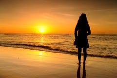 Gelukkige Vrouw in Overzeese Zonsondergang bij krabi Thailand Stock Afbeeldingen