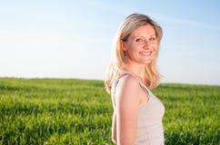 Gelukkige vrouw portraint in green Royalty-vrije Stock Foto's