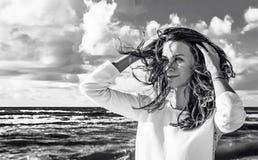 Gelukkige vrouw Portret van een mooie vrouw op het strand Zwart-wit portret in openlucht Gezonde Levensstijl Royalty-vrije Stock Afbeeldingen