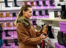 Gelukkige vrouw in schoenenopslag het winkelen Royalty-vrije Stock Fotografie